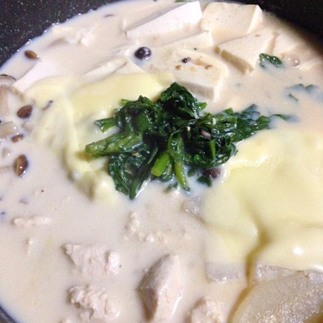 今夜は豆乳鍋です 大根と春菊を 採れたて頂きました。 - 17件のもぐもぐ - 豆乳鍋 by Yukie  Mouri たぬとん