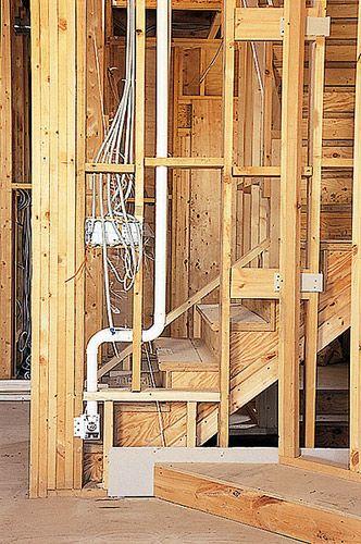 Система центрального пылеудаления в деревянном, каркасном доме: Магистральный воздуховод д.50 мм проложен под потолком первого этажа с отпусками к пневморозеткам и VROOM расположенных на первом этаже и с подъёмом через перекрытие к двум пневморозеткам расположенным на втором этаже.