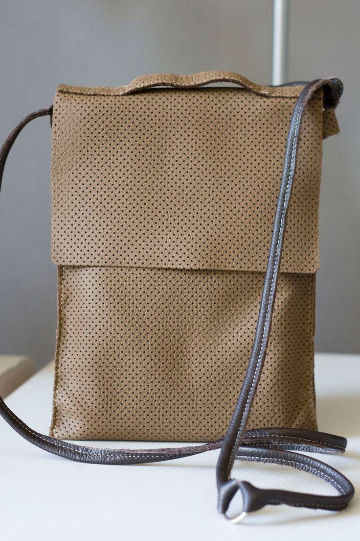 Płaska torebka z perforowanej skóry od BARDZO STUDIO