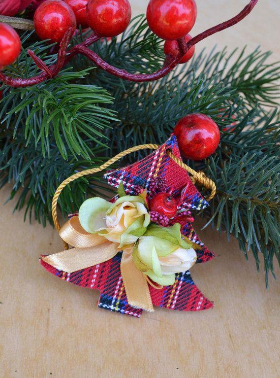 PENDAGLIO DI LEGNO - ALBERO NATALIZIO SCOZZESE - PatriziaB.com  La magia del Natale si diffonde in casa grazie ai deliziosi pendagli di legno in stoffa scozzese, roselline dorate e fiocchetti di raso