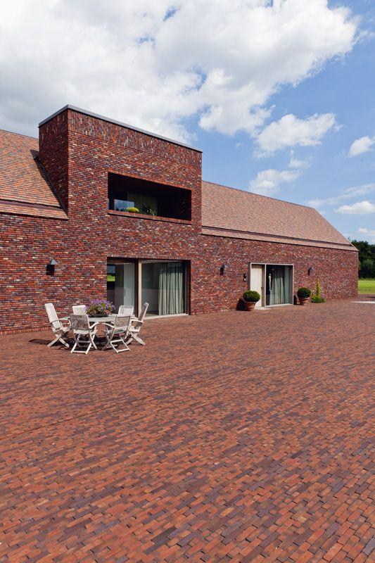 Renovatieproject hoevegebouw te Roeselare/Projet de rénovation d'une ferme à Roeselare  Architect/Architecte: BURO II & ARCHI +I  Terca gevelstenen/briques de parement : Type 50% Hectic extra verlijmd/collé  Koramic dakpannen/tuiles : Aleonard Patrimoine, 2 formaten/formats, 33% Noir de vigne, 33% Vert de Lichen, 33% Rouge de Mars  Wienerberger kleiklinkers/pavés en terre cuite: Authentica Retro Castello