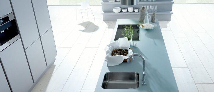 Next125 heeft ook deze zandgrijze keuken met een modern en toegankelijk design. De fronten van de kastjes en laden zijn voorzien van matlak, met een zachte, zijde-achtige werking en een terughoudende, homogene verschijning.