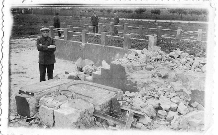 Biała Podlaska, ul. Nowa, 1947 r. Benjamin Goldwaser i zniszczony pomnik masowej mogiły ofiar Zagłady na cmentarzu żydowskim.