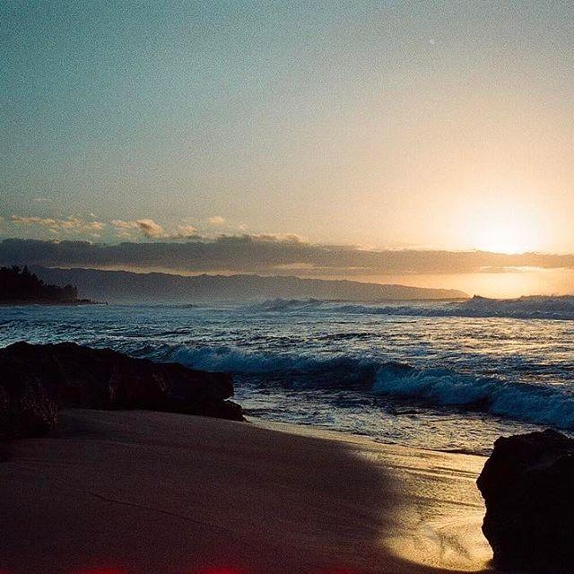 【pndusg】さんのInstagramをピンしています。 《#sunset#ocean #nature #light #northshore #hawaii #35mm #rollei35 #kodaksupergold400 #photography #film #filmcamera #filmisnotdead #ishootfilm #filmcommunity #justfilmshot #believeinfilm #analog #夕暮れ #ビーチ #海 #サンセット#光 #ノースショア #ハワイ #フィルム #フィルム写真 #フィルムに恋してる #ファインダー越しの私の世界 #写真好きな人と繋がりたい》