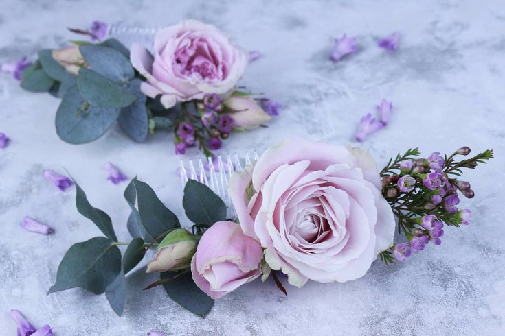 Floral jewelry like flower necklaces, floral crowns and other complex floristry creations have stormed the bridal and fashion pages of 2015 and 2016, but for those wishing to create a simple yet elegant flower accessory there's nothing better than a hair comb with freshly cut flowers. As it is easy to make at home in …