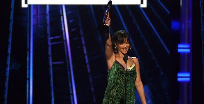 Rihanna koos voor een ontwerp van de Antwerpenaar voor een belangrijk evenement als de Billboard Music Awards, dat afgelopen weekend plaatsvond.  http://nl.metrotime.be/2016/05/24/must-read/rihanna-opnieuw-gespot-in-dries-van-noten/