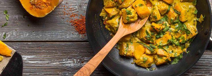Perfekt für kalte Tage. Das Curry wärmt wunderbar von innen und schmeckt dank Kokosmilch und asiatischen Gewürzen wunderbar exotisch. Dazu passt einfach etwas Reis oder frisches Brot.