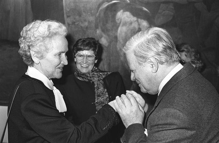 Publizisten: Mit einem Handkuss begrüßte Schmidt im Dezember 1988 Marion Gräfin...