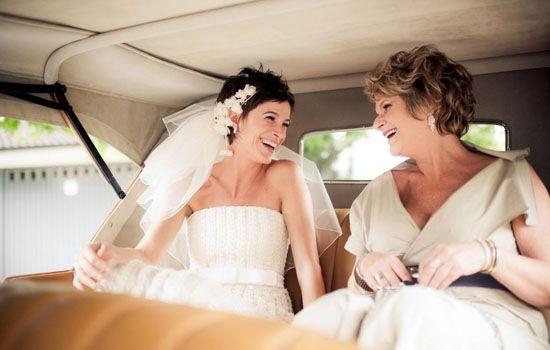 O visual da noiva Maraí Valente, clicada por Layla Eloá, chamou a atenção pela autenticidade: véu curto, tiara de metal com aplicação de flo...