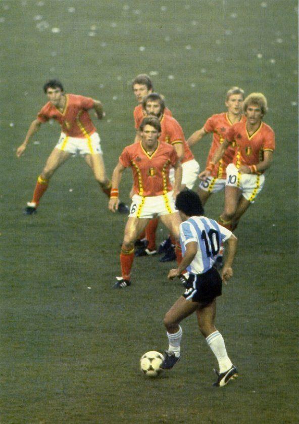 Diego Armando Maradona (Lanús, Buenos Ayres, Argentina) - Maradona, El Pibe de Oro, o maior jogador de futebol argentino de toda os tempos. E provavelmente, o segundo melhor jogador de toda a história do futebol mundial. Além da seleção nacional, jogou pelo Argentinos Juniors, Boca Juniors e Newell's Old Boys, todas da Argentina; Barcelona e Sevilla da Espanha; e Napoli da Itália.