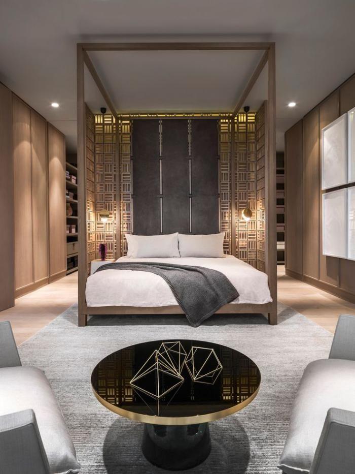 chambre à coucher moderne, deux grands fauteuils et lit original