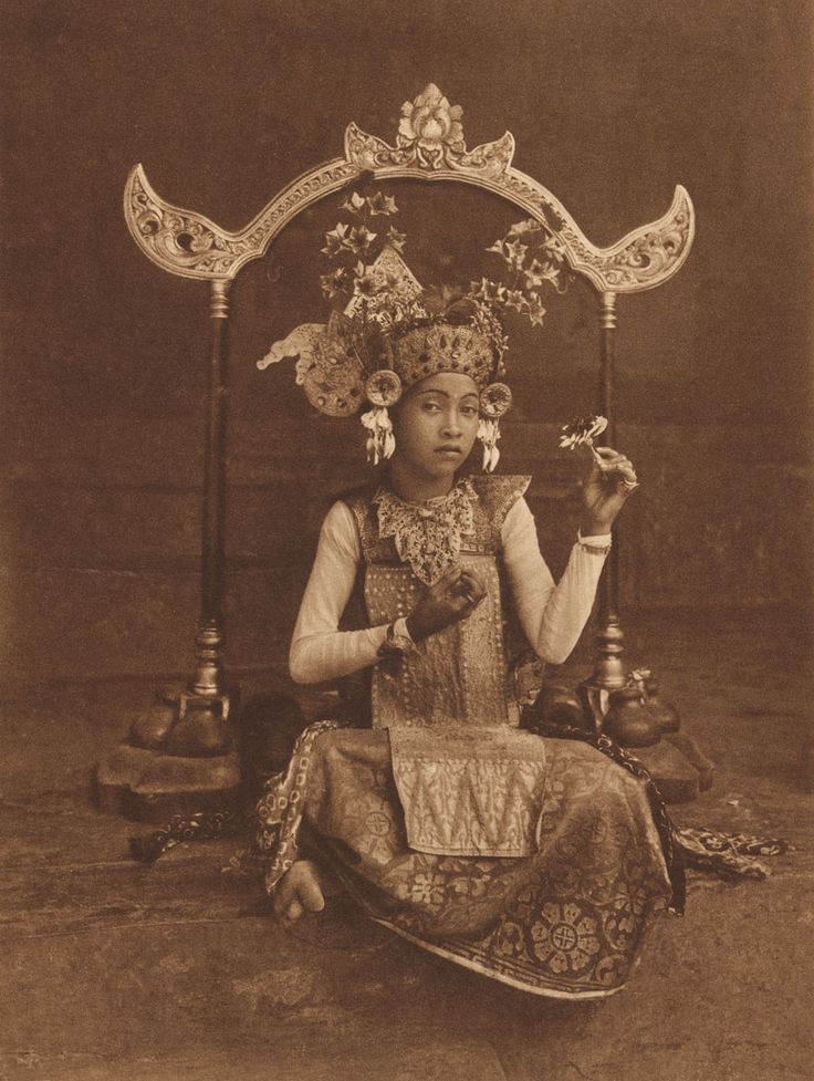 Thilly Weissenborn, Indonesia 1902 – Netherlands 1964: A dancing-girl of Bali, resting, c. 1925. Photogravure , 21.1 x 15.9 cm. Collection National Gallery of Australia