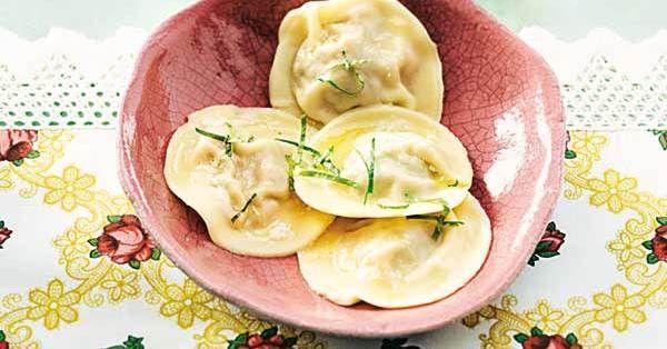 Ein Klassiker der russischen Küche: Pelmeni sind gefüllte Teigtaschen, die zur Krönung mit zerlassener Butter übergossen werden.