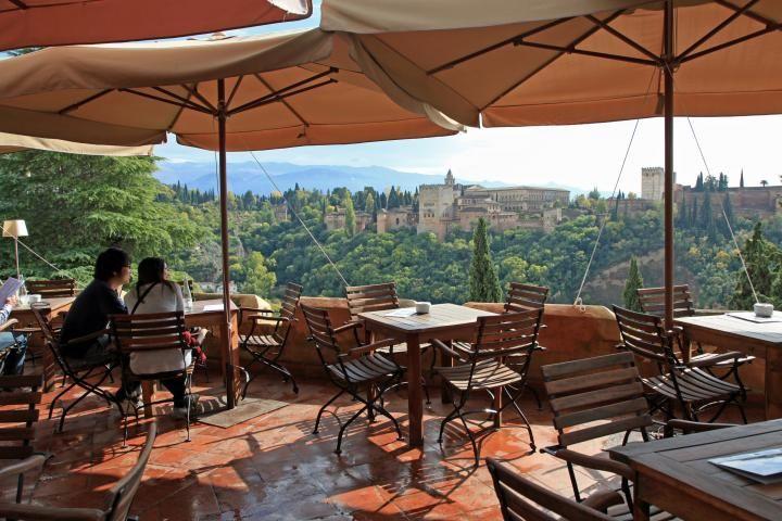 スペイン・アルハンブラ宮殿を眺めつつおいしい料理を味わえる贅沢なレストラン | ことりっぷ