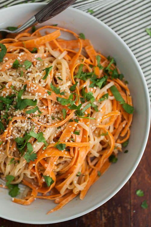 Carrot Rice Noodle Bowl with Tahini-Sriracha Sauce recipe: super tasty and super satisfying! #vegan