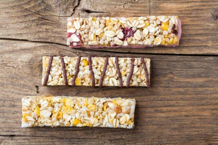 aliments pauvres en glucides pour perdre les kilos - barres de céréales au chocolat et fruits rouges