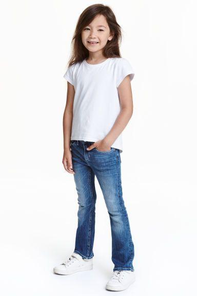 Bootcut Jeans: 5-pocketjeans van elastisch, gewassen denim met uitlopende pijpen. De jeans heeft elastiek in de taille en een gulp met ritssluiting en drukknoop.