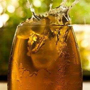 """Toto smoothie asi nebude chutnat všem, ale určitě se jedná o poměrně netradiční zpestření """"klasických"""" receptů zovoce a zeleniny. Ostatně, zkusit se má vše. Ingredience: 1 a 1/2 hrnku silného zeleného čaje 1/3 hrnku mandlí 2 až 3 lžíce medu Postup: Nejprve uvaříme silný zelený čaj, který následně necháme zcela vychladnout. Poté ho společně smandlemi… Celý recept »"""