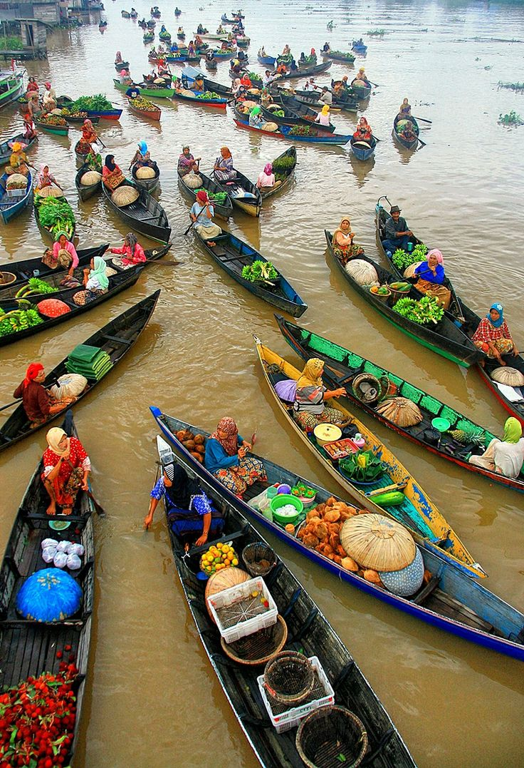 Floating Market boats Lok Baintan in Banjarmasin, Indonesia. Wow! Would love to pick up some wares at this market!