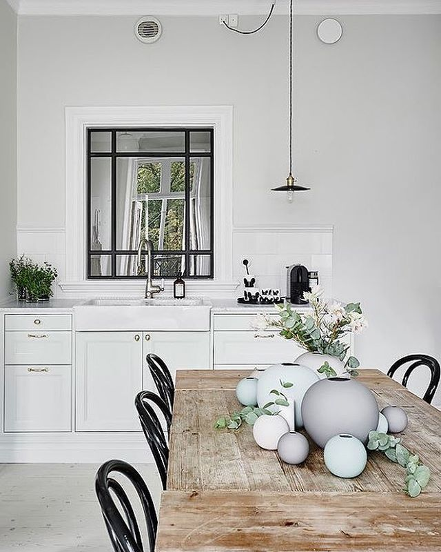 Those beautiful Cooee vases create simple but striking centrepieces for your dining table, available in our online store, limited stock left. . Lovely image via trendenser.se #kitchen #diningroom #nordichome #nordicinspiration