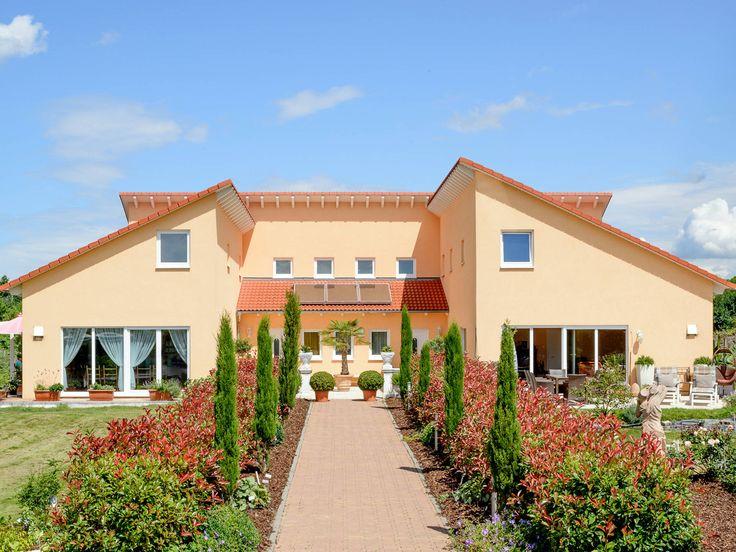 Mehrgenerationenhaus Auen • Mediterranes Haus von ALBERT Haus • Fertighaus mit abgeschlossenen Wohnbereichen und Pultdach.