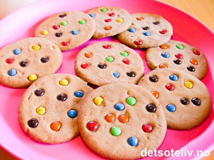 """""""M&M Cookies"""" er knallgode cookies med seig konsistens. Kakene er basert på samme oppskrift på """"Daim Cookies"""", """"Seige Chocolate Chip Cookies"""" og """"Triple Choc Cookies"""". Oppskriften gir 20 stk."""