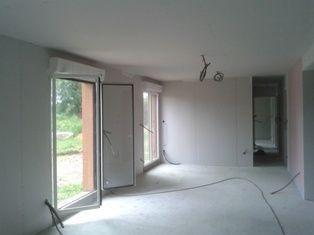 Pose de l'isolation et du placo à l'intérieur de la maison bois