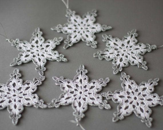 24 gehaakte sneeuwvlokken SET van 24 kerstboom ornament kerst decoratie Hand gehaakte zilveren rand Winter bruiloft decor
