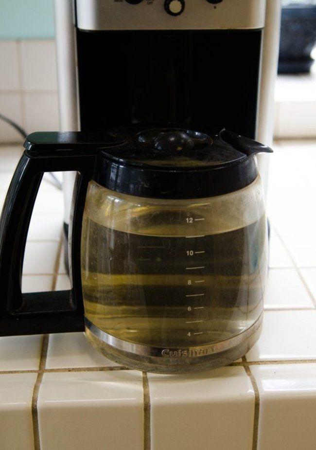 De vez en cuando debemos limpiar la cafetera y la mejor manera de hacerlo es con un poco de agua y vinagre. Rellena el depósito de esta mezcla, repite durante dos o tres ciclos más. Cuando termines lava todo muy bien hasta que desaparezca el olor a vinagre.
