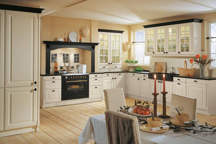 Een typische landelijke keuken met sierlijke lijsten en frisse kleuren. Met deze landelijke keuken creëert u extra veel ruimte.