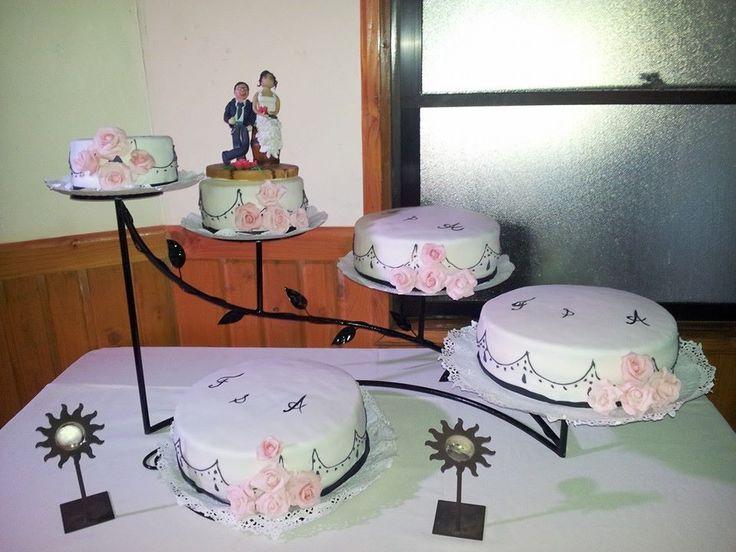 torta de novios de 5 pisos con delicados detalles en negro y rosa
