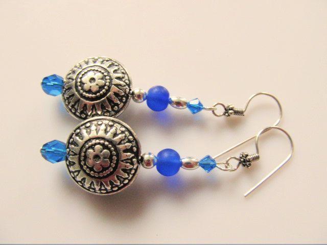 Oorbellen Hinke grote bolle muntkraal met mooie bewerking met tsjechisch facet glas, matglas en swarovski kristal in blauwe tinten. geheel verzilverd