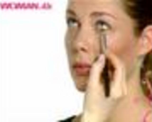 Naturlig Øjenmakeup by Woman.dk. Få et glamourøst hverdagslook ved at bruge bare en smule makeup. Nicci Welsh viser dig her hvilket dullegrej du skal bruge, for at få et naturligt look.