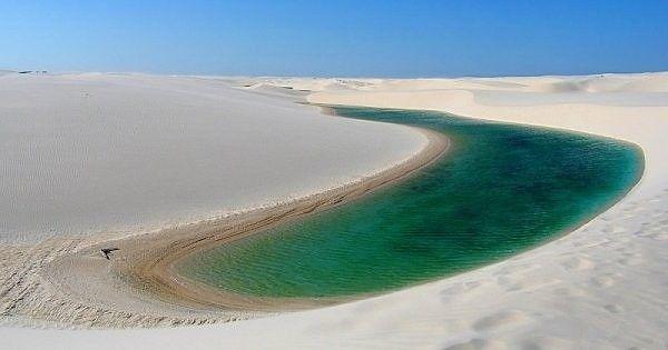 Questo bellissimo lago del deserto fa parte di un sistema di lagune d'acqua dolce che si rimepiono durante i primi sei mesi dell'anno per evaporare poi gradualmente. Uno spettacolo che si può ammirare all'interno del parco nazionale di Lencois Maranhenses in Brasile.