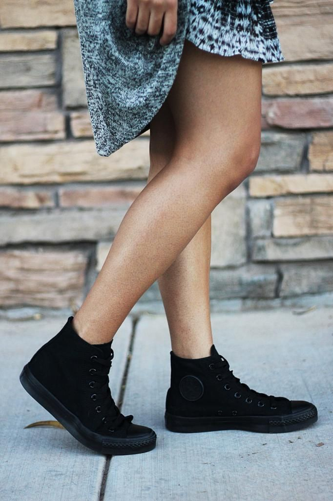 all black converse on feet