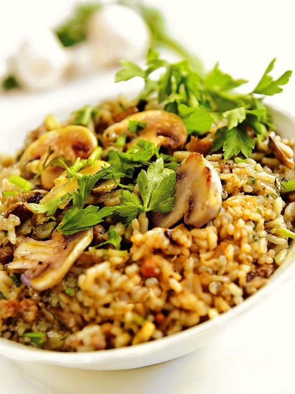 Il Risotto alla boscaiola con salsiccia è un piatto rustico della tradizione culinaria del Belpaese, con tutto il gusto delle cose semplici e buone.