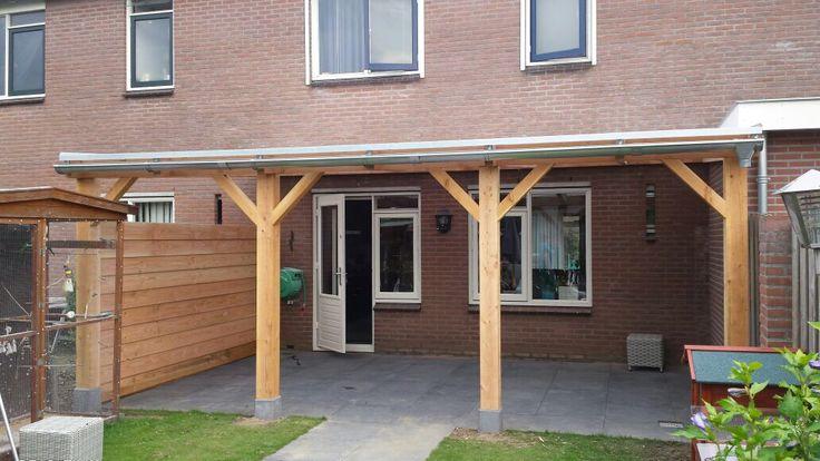 Overkapping van douglas hout met lichtdoorlatende polycarbonaat platen als dakbedekking www - Hout pergola dekking ...