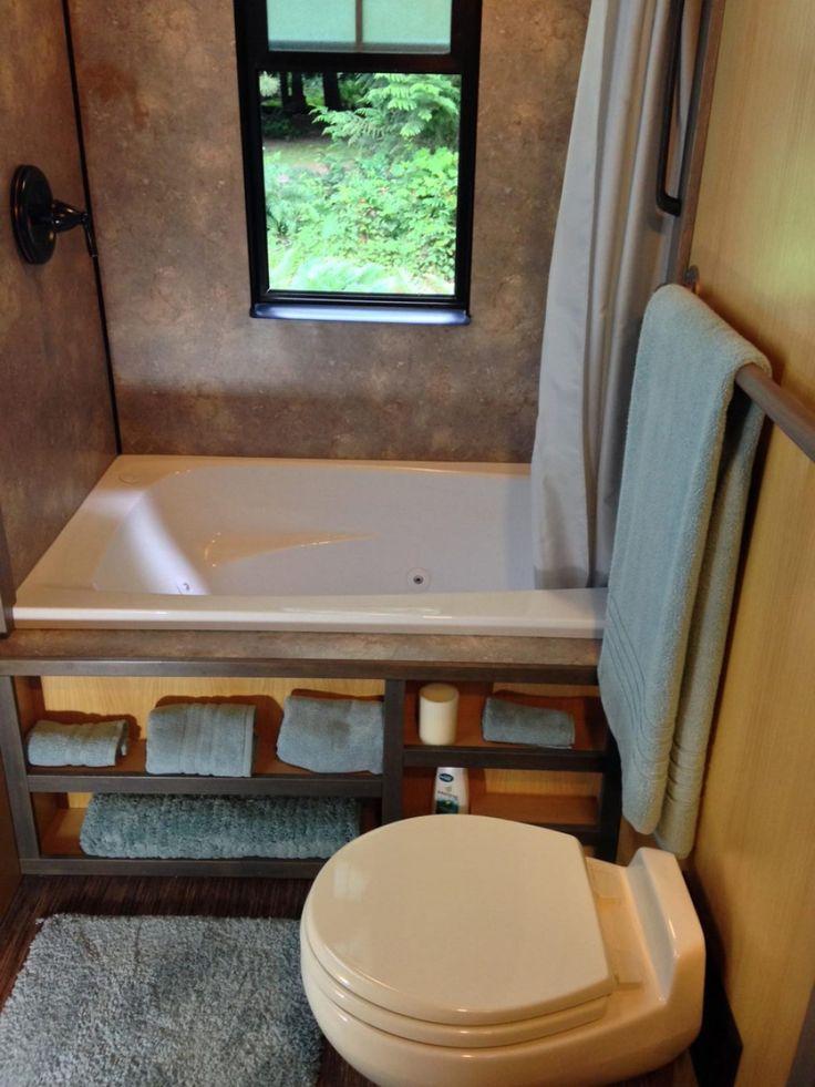 Cerca de la cocina se ubica el baño, con ducha, y bañera con jacussi (que sale hacia la derecha y a través de la pared).