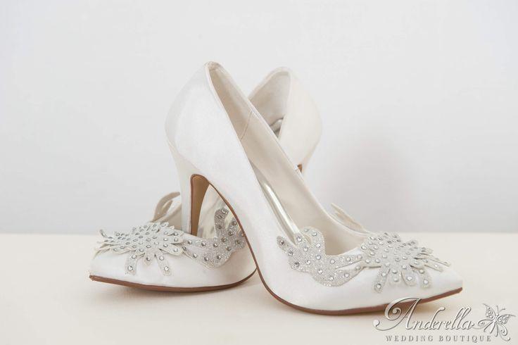 Menyasszonyi cipő csillogó ezüstös kristályokkal  Cipő rendelés itt: http://www.anderella.hu/hu/kiegeszitok/menyasszonyi-cipo-csizma  Cipő, alkalmi cipő, menyasszonyi cipő online, menyasszonyi cipő rendelés, menyasszonyi cipő Budapest, fehér menyasszonyi cipő, magas sarkú menyasszonyi cipő