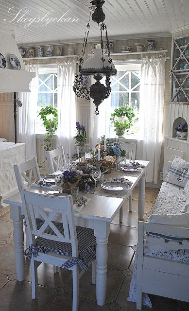 This is the tablesetting we have, only with different chairs but with a bench.