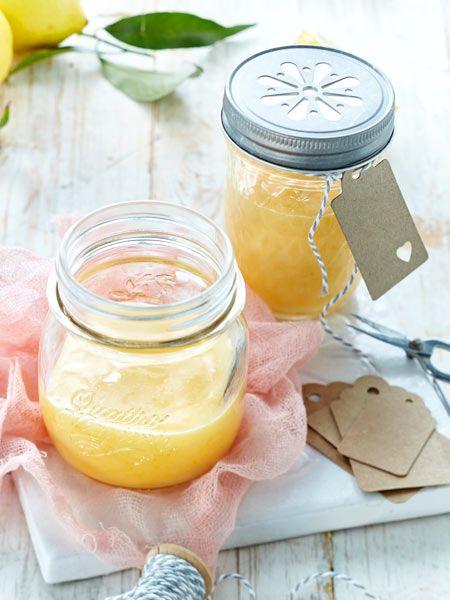 Sooo zitronig! Die englische Zitronencreme ist aus nur vier Zutaten ganz schnell  gemacht und das perfekte Last-Minute-Geschenk aus der Küche!