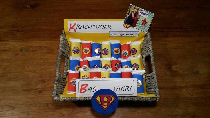 Traktatie school - vier jaar - kleine verpakte peperkoekjes van Jumbo met superheld button van Xenos.
