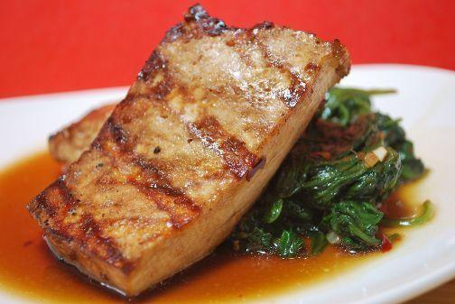 Il Tofu alla piastra si prepara tagliando il tofu a fette spesse per porle in padella a marinare con olio, tamari e aghi di rosmarino. In seguito sca...