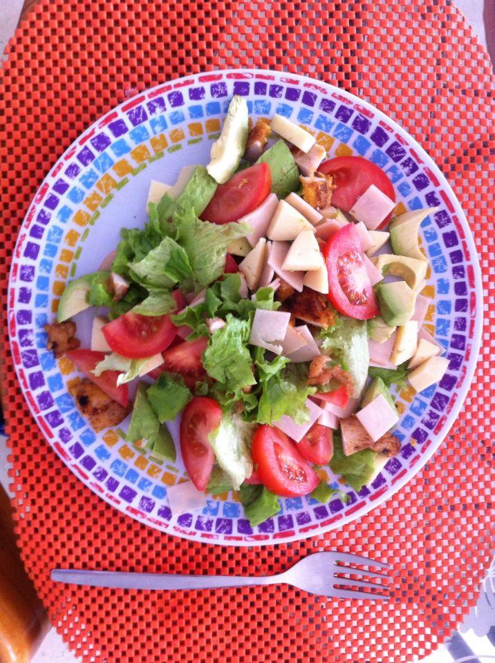 Ensalada... Lechuga, pollo, tomates, jamón de pavo!! Deliciosa