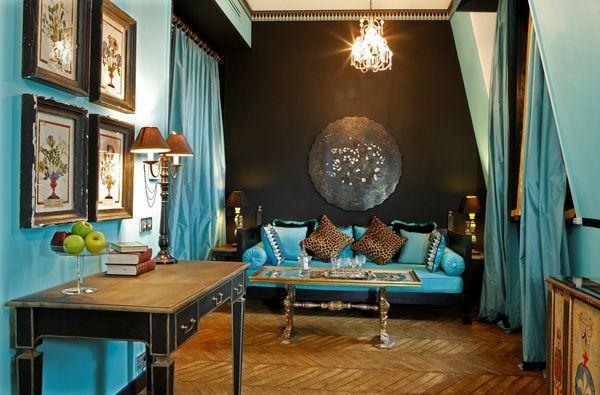 aristokratisches zimmer mit einem türkis sofa und bilder an der wand