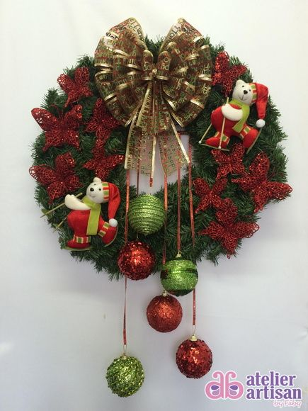 GUIRLANDA NATALINA (com iluminação de LED) Natal esta chegando? É hora de decorar a sua residência, comércio, etc? Então vamos decorar a sua porta de entrada com uma GUIRLANDA LINDA!!! DESCRIÇÃO: Guirlanda de 60 x 60 cm, decorada com dois lindos Ursos Esquiando de, Borboletas na cor vermelhas 10 cm x 10cm, e borboletas PEQUENA 7 cm X 7 cm na cor vermelha, e Bolas verdes e vermelha penduradas e fita brilhantes, para finalizar fitas aramadas que não deformam, amassou.....é só ajeitar ...