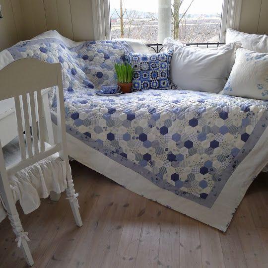 Colcha de patchwork con hexagonales en blanco y azul
