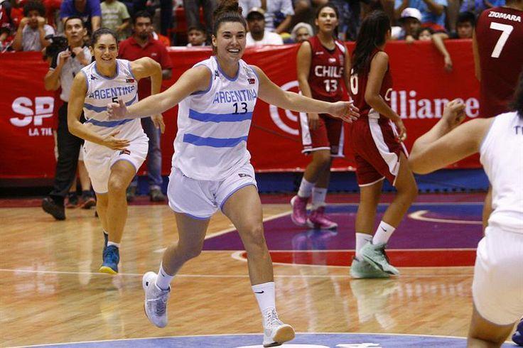 Las jugadoras de Argentina celebran vencer a Chile en la final del baloncesto femenino hoy, domingo 16 de marzo de 2014, en los X Juegos de la Odesur en Santiago de Chile. (EFE)