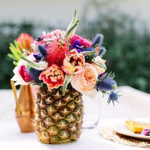 Las piñas están de moda! Qué os parece incorporarlas como floreros en la decoración de una boda??  | Les pinyes estan de moda! Què us sembla incorporarles com a floreres a la decoració d'un casament??  #piña #pineapple #florero #vase #weddingideas