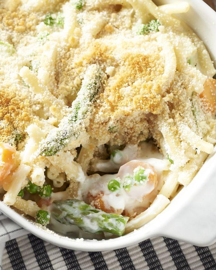 Macaroni met kaas en hesp is perfect comfortfood, maar niet zo gezond. Dan maken we liever deze lichte versie met geitenkaas en knapperige lentegroentjes.